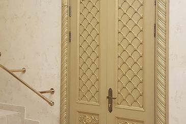 Резные двери из массива